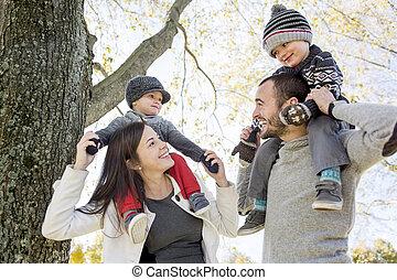 familia, parque, otoño, diversión, teniendo, feliz