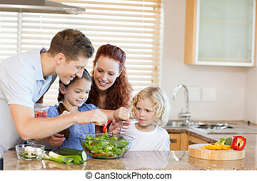 familia , preparando, ensalada, juntos