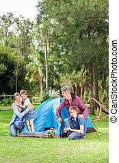 familia que acampa, en el estacionamiento
