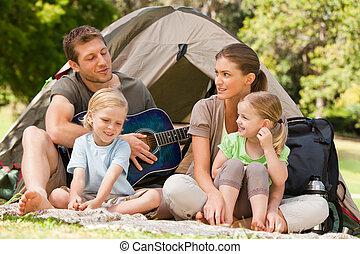 familia que acampa, en el parque