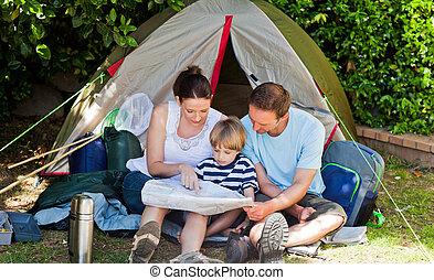 familia que acampa, jardín
