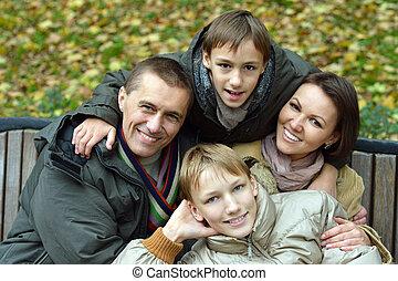 familia que coloca, en el estacionamiento