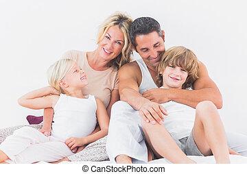 familia que coloca, en, un, cama