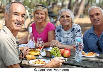 familia que come, picnic, en, el, bosque