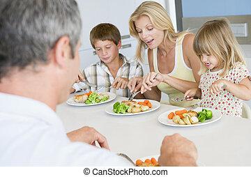 familia que come, un, comida, juntos