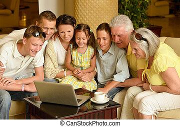 familia , sentado, con, computador portatil