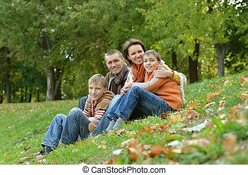 familia , sentado, en el estacionamiento