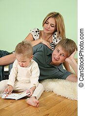 familia , sentarse, en, el, habitación, en, piso, 3