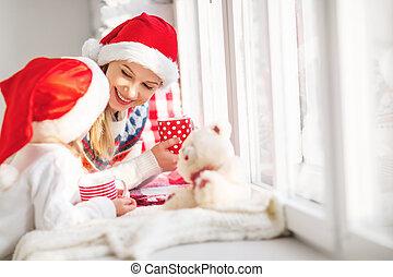 familia , té, niño, caliente, hablar, ventana, bebida, madre, niña, navidad
