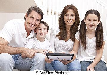 familia , tableta, computadora, utilizar, diversión, hogar, teniendo, feliz
