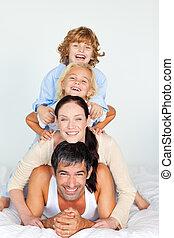 familia , tener diversión, en cama