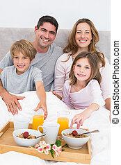 familia , teniendo, desayuno en cama