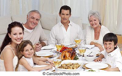 familia , teniendo, un, cena, juntos, en casa