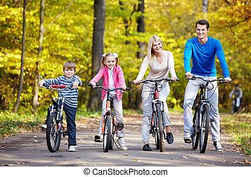 familias, con, niños, en, bicycles