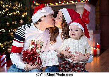 familie, öffnung, weihnachtsgeschenk, per, weihnachtsbaum, in, cozy, wohnzimmer, in, winter