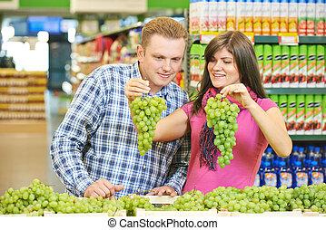 familie, an, fruechte, nahrungsmittel einkaufen, in, supermarkt