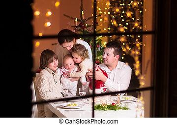 familie, an, weihnachtsabendessen