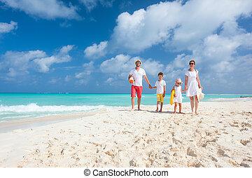 familie, auf, a, tropischer strand, urlaub
