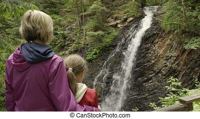 familie, aufpassen, berg, wasserfall
