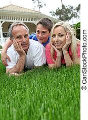 familie, aufzeichnend, in, haus, kleingarten