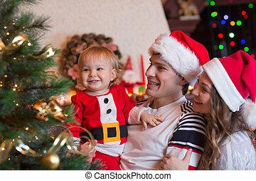 familie, dekorieren weihnachtsbaum, in, wohnzimmer
