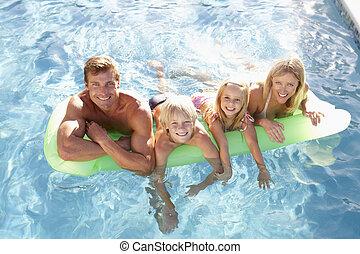 familie, draußen, entspannend, in, schwimmbad