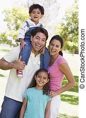 familie, draußen, lächeln