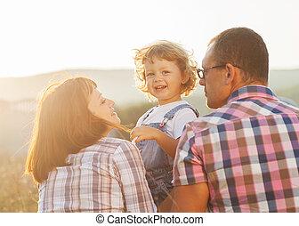 familie, draußen, spaß, lächeln, haben, glücklich