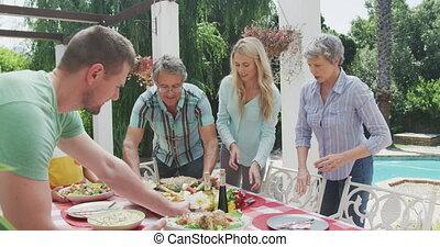 familie, glücklich, zusammen, essende, tisch