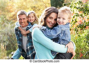 familie gruppe, draußen, in, herbstlandschaft, mit, eltern, geben, chiildren, huckepack
