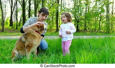 familie hond, mamma, moeder, verticaal, meisje