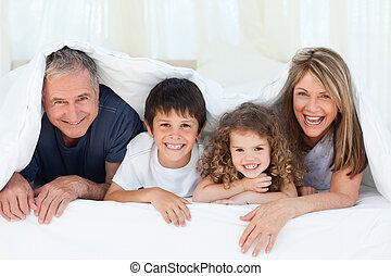 familie, in, ihr, schalfzimmer, anschauen kamera, hause