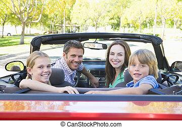 familie, in, umwandelbares auto, lächeln