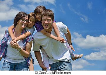 familie, junger, haben, draußen, spaß, glücklich