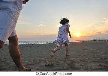familie, junger, sonnenuntergang, haben spaß, sandstrand, glücklich