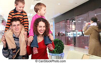 familie, käufer, in, kaufmannsladen