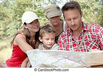 familie, kigge hos, kort, på, en, hiking, dag