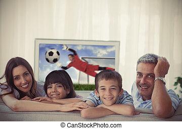 familie, lächeln, an, der, fotoapperat, mit, welt schale, ausstellung, fernsehen, hause, auf, sofa