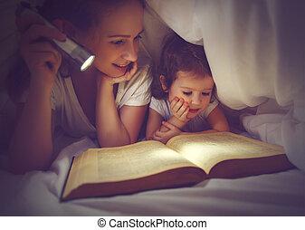 familie, lesende , bedtime., mutti kind, lesend buch, mit, a, taschenlampe, unter, decke