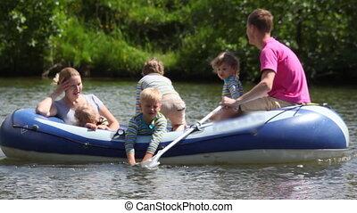 familie, mit, 4, kinder, in, gummiboot, rudern