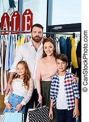 familie, mit, einkaufstüten