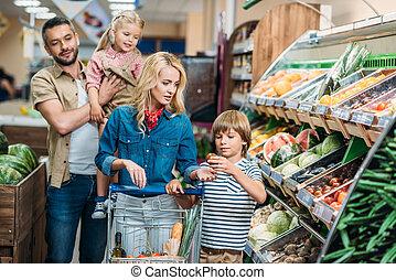 familie, mit, einkaufswagen, in, supermarkt