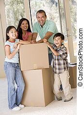 familie, mit, kästen, in, neues heim, lächeln