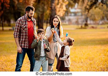familie, mit, kinder, blasen blasen