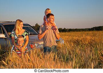 familie, mit, offroad, auto, auf, weizen- feld
