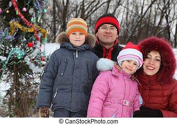 familie, mit, zwei, children:, vater, mutter, junge mädchen, bei, christmass, baum.