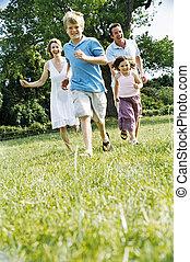 familie, rennender , draußen, lächeln