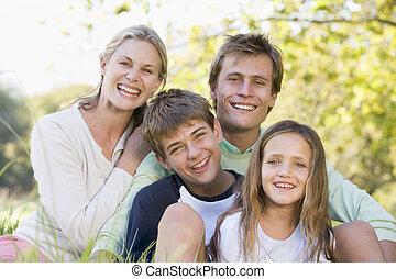 familie, sitzen, draußen, lächeln