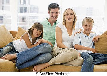 familie, sitzen, in, wohnzimmer, lächeln