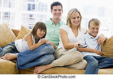 familie, sitzen, in, wohnzimmer, mit, fernsteuerung, lächeln